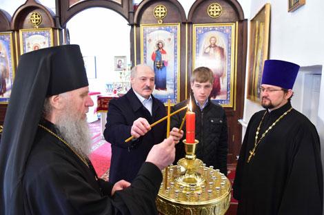 Лукашэнка ў свята Вялікадня запаліў свечку ў храме Праабражэння Гасподняга