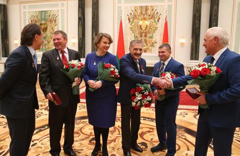 Лукашэнка ўручыў дзяржузнагароды лепшым працаўнікам па выніках пяцігоддзя
