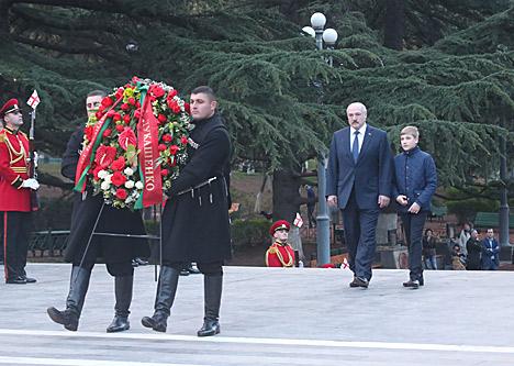 Лукашэнка ўсклаў вянок да магілы Невядомага салдата ў Тбілісі