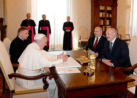 Лукашэнка і Папа Рымскі Францыск абмеркавалі развіццё адносін Беларусі з Рымска-каталіцкай царквой