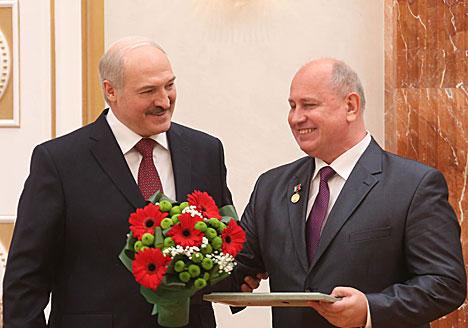 Аляксандр Лукашэнка ўручае атэстат прафесара дэкану біялагічнага факультэта Гомельскага дзяржаўнага ўніверсітэта імя Францыска Скарыны Віктару Аверыну