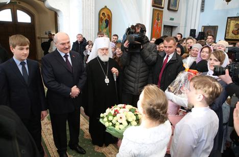 Лукашэнка запаліў калядную свечку ў Свята-Духавым кафедральным саборы Мінска