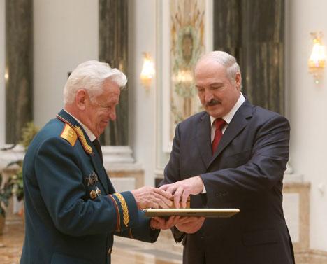 Лукашэнка напярэдадні 70-годдзя Вялікай Перамогі ўручыў дзяржузнагароды заслужаным людзям Беларусі