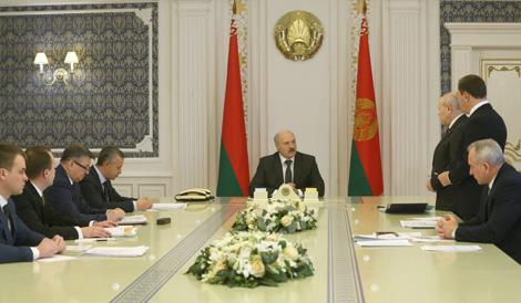 Лукашэнка даручыў вырашыць праблемы з перадачай прадпрыемстваў у давернае кіраванне