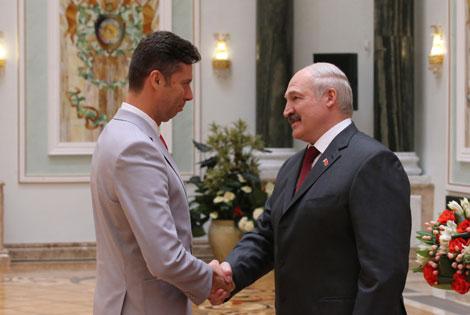Лукашэнка ўручыў Дзяржаўныя прэміі і дзяржузнагароды работнікам розных сфер