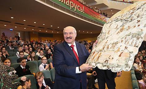 Ёлка ў стылі стымпанк і пано з бяросты - вучні ўручылі Лукашэнку навагоднія падарункі