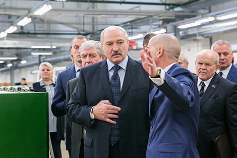 """Лукашэнка мае намер шыць сабе касцюмы з тканін """"Камволя"""""""