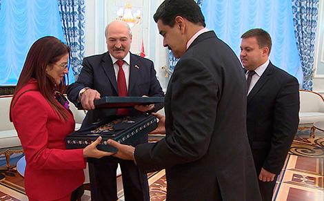 Лукашэнка падарыў Мадуру габелен з выявай Мірскага замка, а яго жонцы - вырабы з лёну