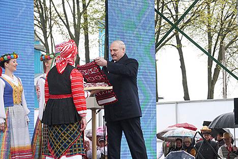 Лукашэнку ўручылі 30-метровы ручнік-абярэг у гонар гадавіны аварыі на ЧАЭС