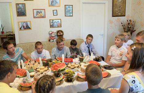 """Мікалай Лукашэнка развёз першую партыю сабранага ў """"Драздах"""" ураджаю"""
