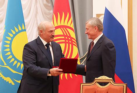 Лукашэнка ўручыў Бардзюжу ганаровы знак АДКБ