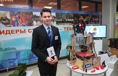 Мінскі дзевяцікласнік прадэманстраваў Лукашэнку ўласнаручна сабраны 3D-прынтар
