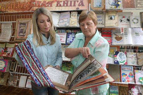 Госці Дня беларускага пісьменства падораць Рагачову свае любімыя кнігі