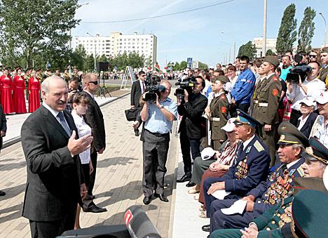 Лукашэнка 8 чэрвеня з ветэранамі пасля цырымоніі закладкі памятнай капсулы