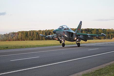 Беларускія лётчыкі першымі ў свеце пасадзілі штурмавік Су-25 на трасу ноччу. Самалёт Як-130