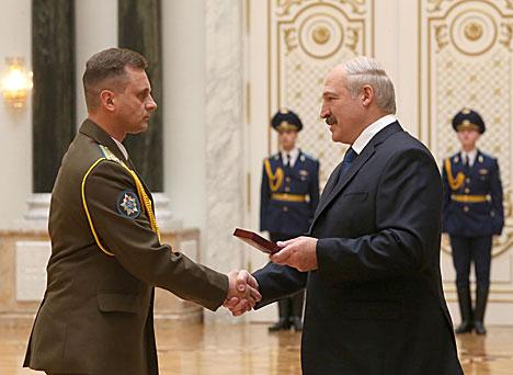 Лукашэнка: Дасягненні працаўнікоў Беларусі дапамагаюць з надзеяй глядзець у будучыню