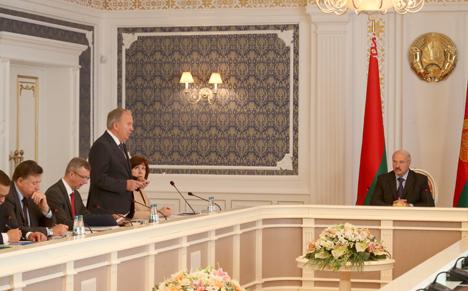 Лукашэнка заклікае знайсці новыя падыходы ў барацьбе з праблемай курэння