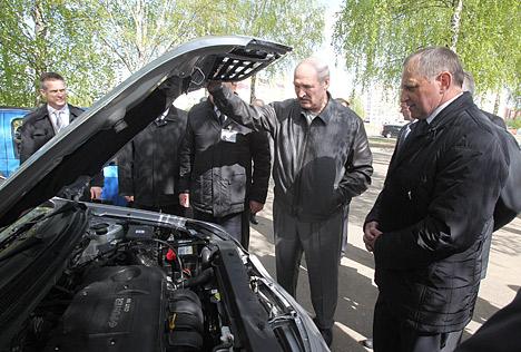 Лукашэнка: У Беларусі з'явіўся народны аўтамабіль уласнай зборкі