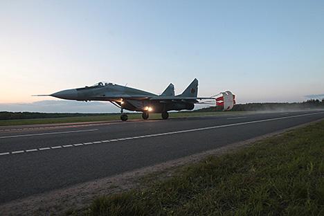 Беларускія лётчыкі першымі ў свеце пасадзілі штурмавік Су-25 на трасу ноччу. Знішчальнік МіГ-29