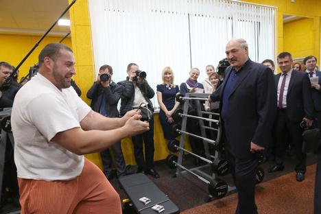 Лукашэнка: Будаваць спартыўныя аб'екты і басейны трэба проста, танна і якасна