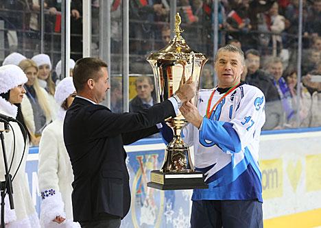 Капітан каманды Расіі Аляксандр Мадзведзеў з кубкам пераможцаў