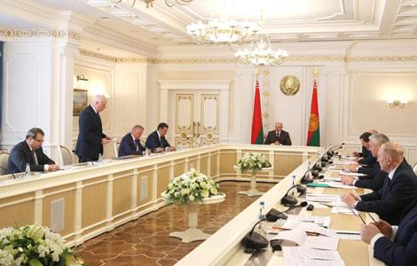 Лукашэнка даручыў прывесці ў парадак мясцовыя дарогі за тры-чатыры гады