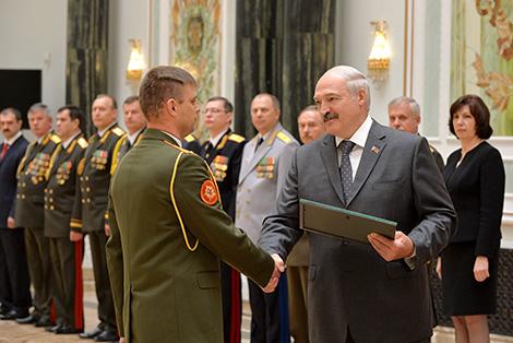 Лукашэнка ўручыў генеральскія пагоны прадстаўнікам сілавых ведамстваў