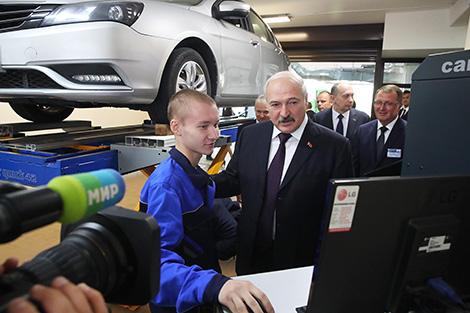 Аб развіцці прафадукацыі і электракарах: Лукашэнка наведаў Мінскі аўтамеханічны каледж