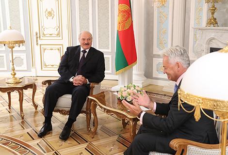 Лукашэнка паабяцаў навучыць брытанскага міністра гуляць у хакей