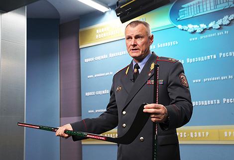 Шуневіч паказаў Лукашэнку хакейныя клюшкі айчыннай вытворчасці