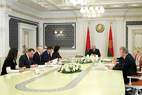 Прапановы па новай сістэме работы са зваротамі грамадзян абмеркаваны на нарадзе ў Лукашэнкі