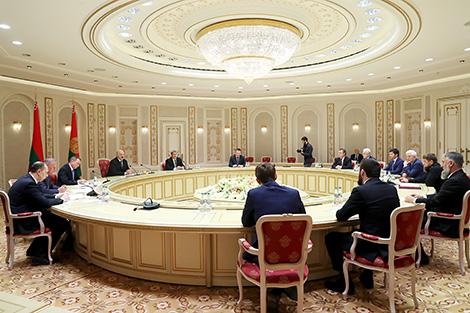 Лукашэнка: Беларусь па-брацку будуе адносіны з прадстаўнікамі шматнацыянальнай Расіі