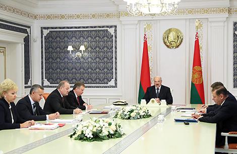 Лукашэнка даручыў распрацаваць выразную сістэму аплаты працы кіраўнікоў банкаў у Беларусі