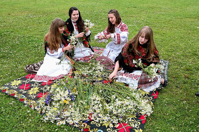 Девушки плетут венки
